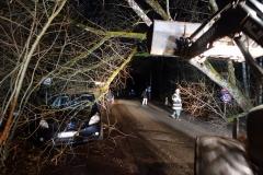 02-2019.12.13.-Baum-droht-auf-Fahrzeug-zu-fallen