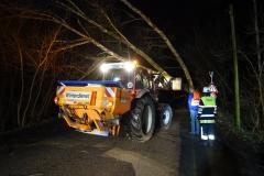 03-2019.12.13.-Baum-droht-auf-Fahrzeug-zu-fallen